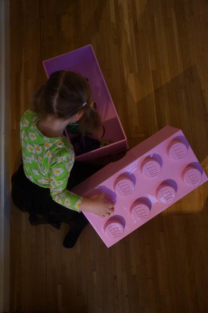Ronja kaster sig ivrigt ud i at fylde kassen