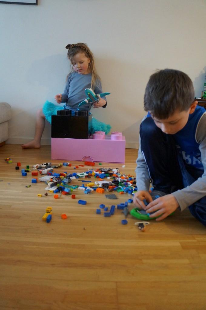 kasserne skaber rum for fælles leg og LEGO friend bliver hurtigt integreret med det alm LEGO