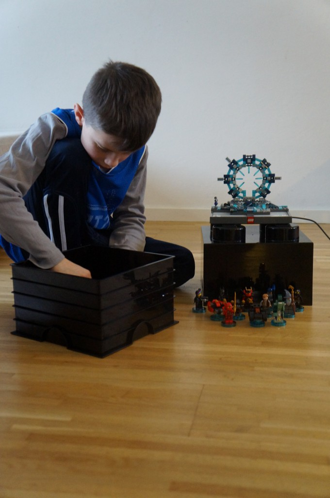 Max benytter låget, som bord for hans LEGO dimension portal