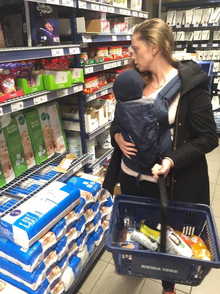 Konrad hjælper mor med hendes indkøb