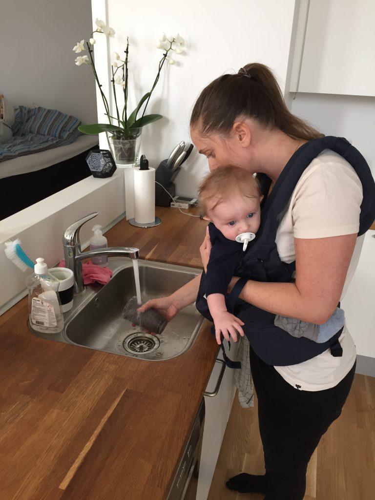 Konrad hjælper lige mor med at rydde op