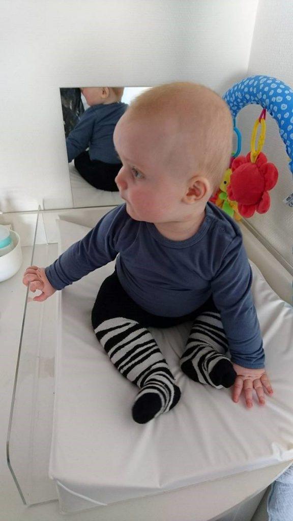 Den høje kant ved Babysafebase hjælper vores dreng med at sidde op