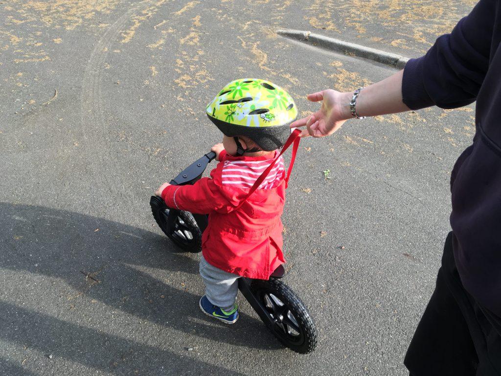 Min søn er indtil videre rigtig glad for sin løbecykel. Han skulle have lidt hjælp i starten