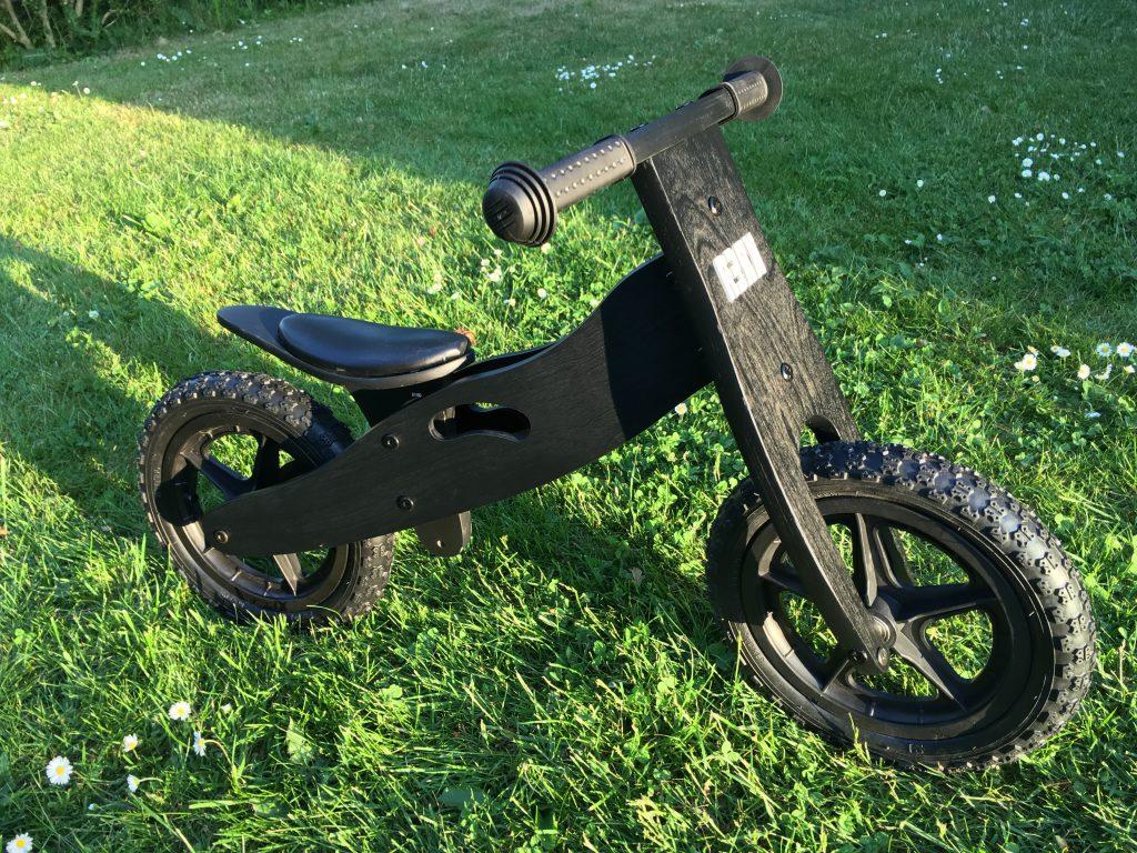 Her ses den smarte løbecykel fra Krea i sort træ