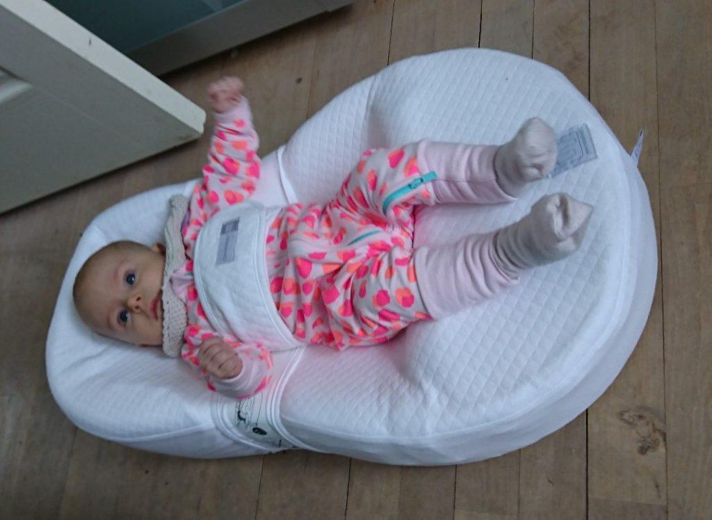 pige ligger i cocoonababy