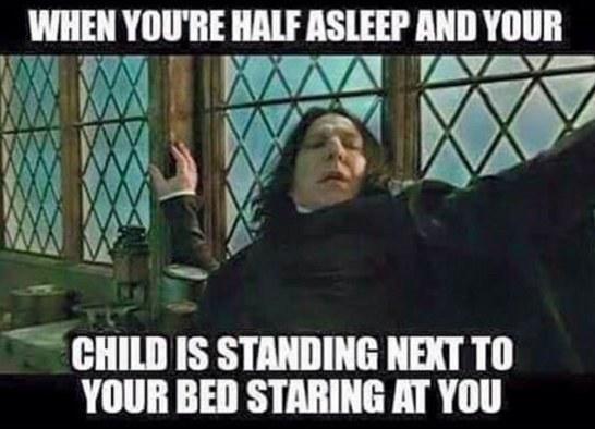 baby kigger mens du sover