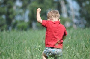 barn i græs