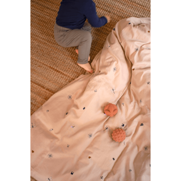 Filibabba Little Explorer Babysengetøj 70x100 cm. - Doeskin