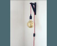 Tiny Republic sort væglampe med rødt kabel - sort